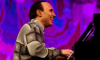 Michel Camilo: Un pianista que conjuga el jazz con ritmos Caribeños